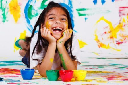يشجع الضحك على الإبداع