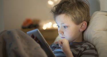 الأجهزة الإلكترونية تغزو حياة أطفالنا