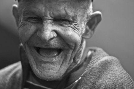 يساعد الضحك الناس على توفير ما يصل إلى 30٪ من نفقاتهم الطبية