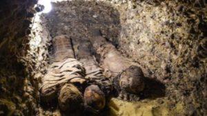 الإكتشاف من خلال ثلاثة آبار للدفن في منطقة تونا الجبل الأثرية في المنيا