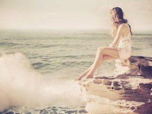صورة رومنسية لفتاة على شاطئ البحر