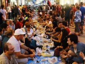 مأدبة إفطار في أحدى الدول الأوروبية في شهر رمضان